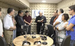 Mons. Juan José Asenjo bendice el nuevo estudio de radio del Arzobispado