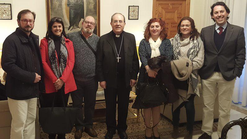Mons. Asenjo con los titulados en el Bachillerato en Ciencias Religiosas