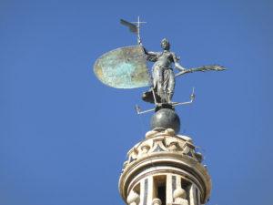Arriba_de_la_Giralda_se_encuentra_la_escultura_del_Giraldillo,_Sevilla,_España,_Spain