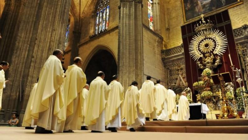Nota acerca de la mención del nombre del Obispo en la Eucaristía