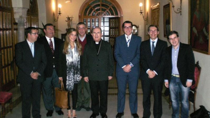 El Arzobispo con los titulados del Instituto Superior de Ciencias Religiosas