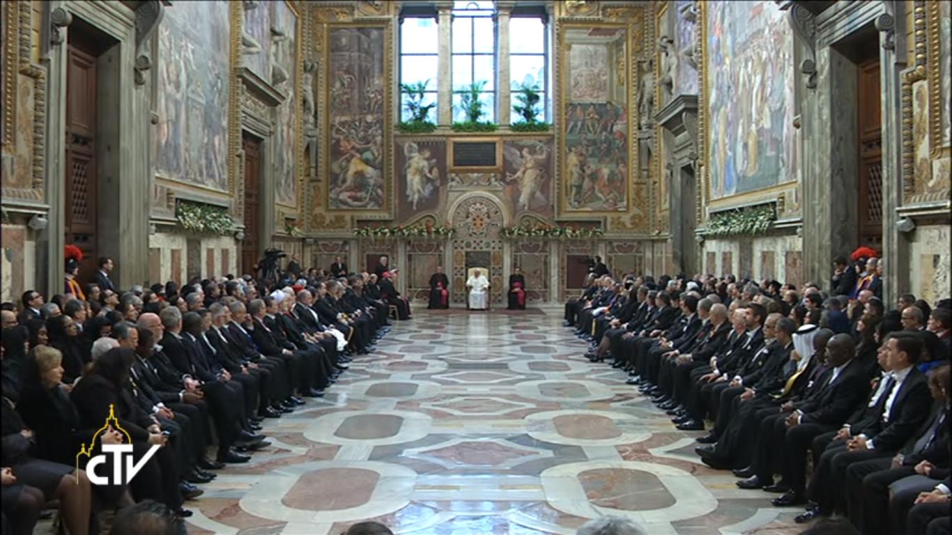 Papa con diplomaticos