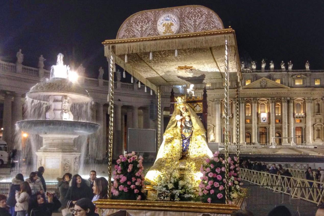 La réplica de la Virgen de Valme procesiona en el Vaticano
