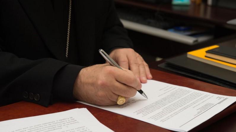 Mons. Asenjo firma la primera sentencia de nulidad matrimonial según el  proceso abreviado establecido por el Papa | Archidiócesis de Sevilla