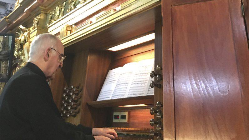 Homenaje al padre Ayarra en 'Testigos Hoy'