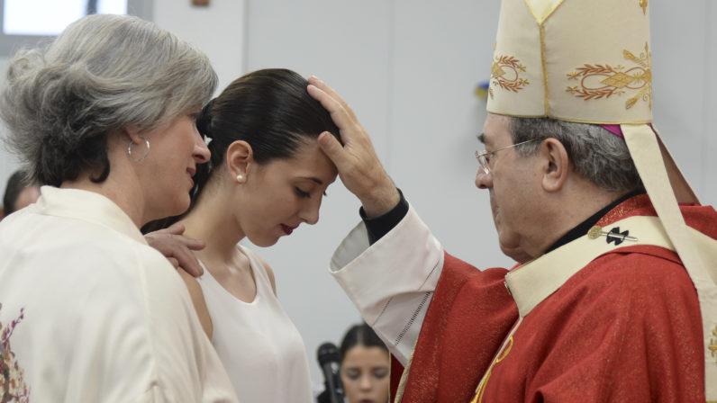Preparativos para celebrar el sacramento de la Confirmación en la Catedral