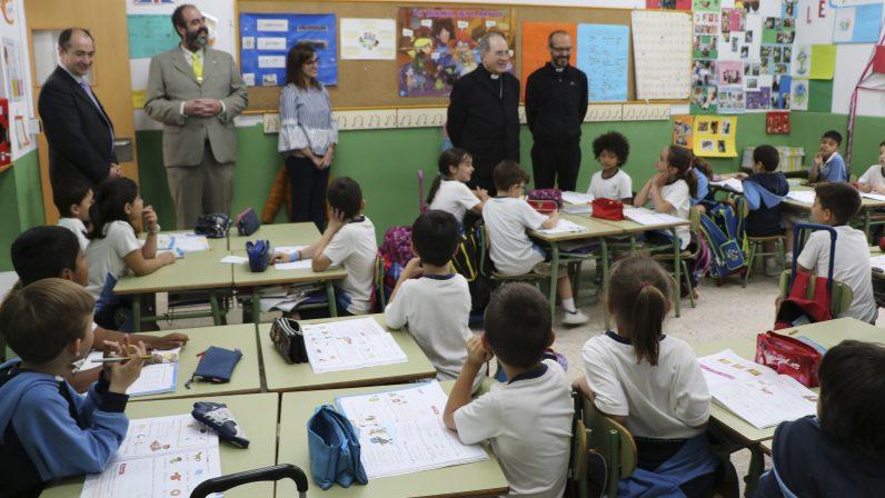 Los colegios diocesanos San Isidoro y Sagrado Corazón han recibido hoy la visita del Arzobispo