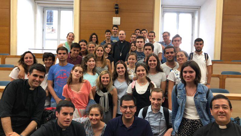 Monseñor Asenjo con los jóvenes sevillanos en Roma