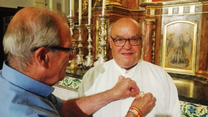 El sacristán de Valencina recibe el homenaje de la Adoración Nocturna Española