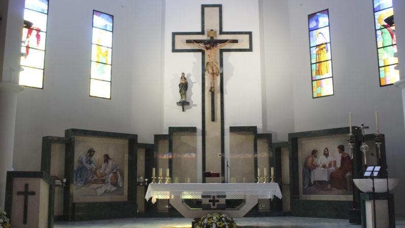 La Parroquia de los Ángeles de Sevilla luce nuevo presbiterio