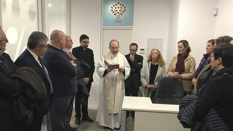 El Arzobispo de Sevilla bendice la nueva sede de Escuelas Católicas