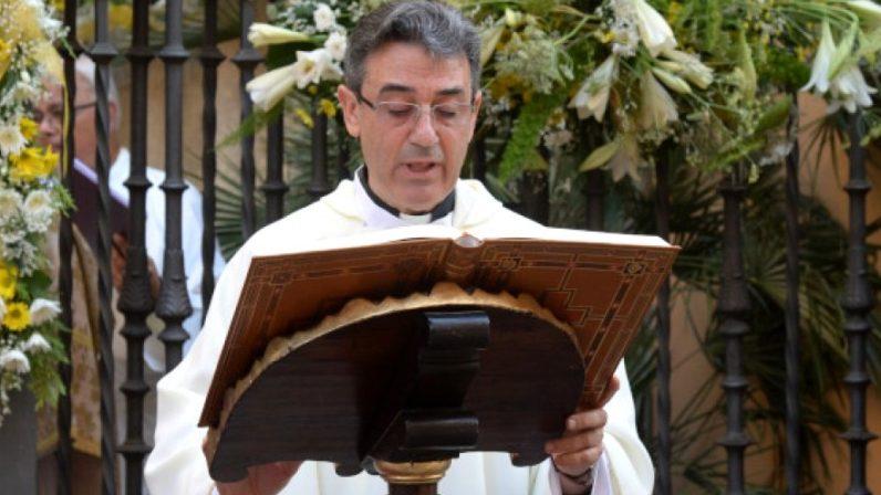 Calle en Triana para el párroco Eugenio Hernández
