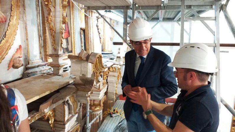 El rector de la Universidad de Sevilla con los restauradores de Santa María de Estepa