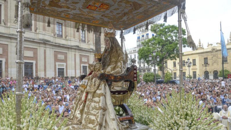 Las calles de Sevilla se preparan para reencontrarse con su patrona