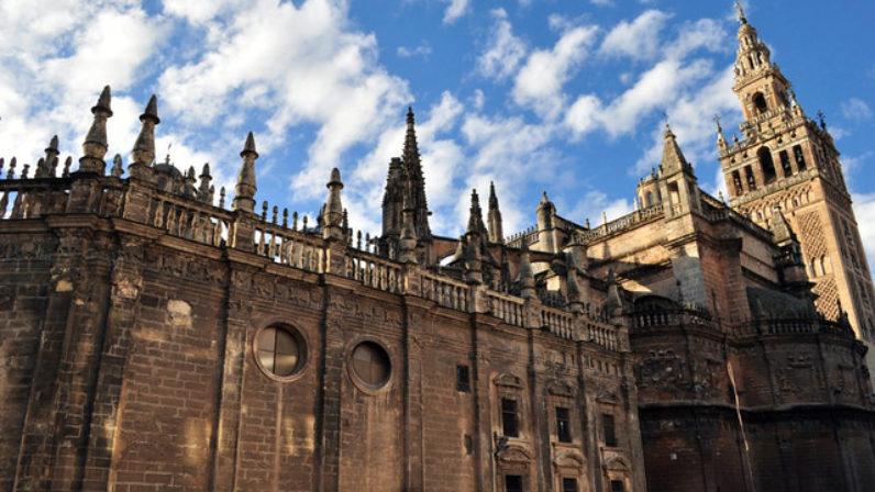 El Cabildo Catedral acerca el Evangelio a los visitantes chinos