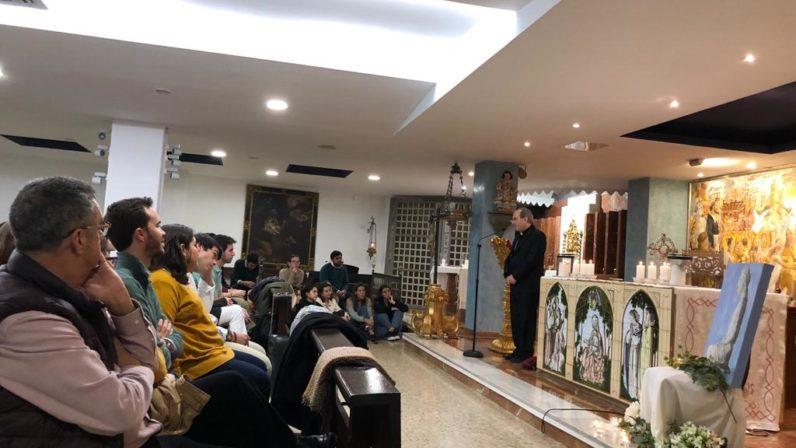Monseñor Asenjo imparte catequesis a los jóvenes de Hakuna