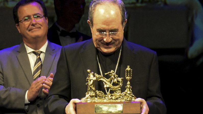"""El Arzobispo de Sevilla recibe """"El Llamador"""" de Canal Sur Radio"""