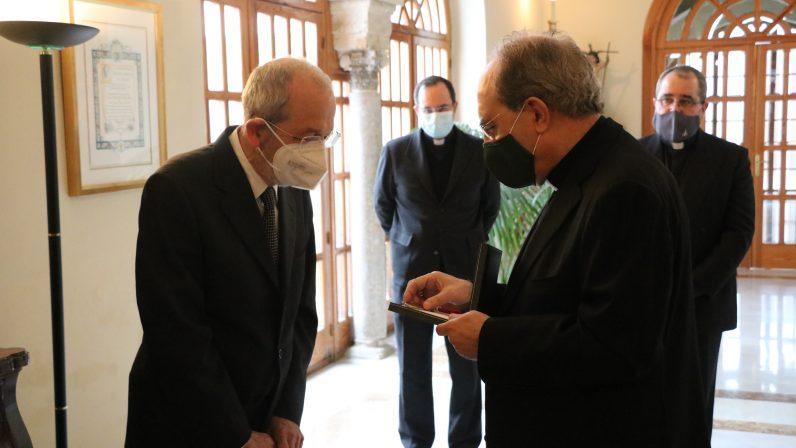Monseñor Asenjo concede la Medalla Pro Ecclesia Hispalense a Rafael Portillo por su incansable trabajo en el Seminario de Sevilla