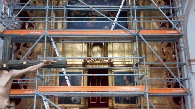 Comienza el desmontaje del Retablo del Altar Mayor de la Parroquia Santa María de Los Palacios y Villafranca