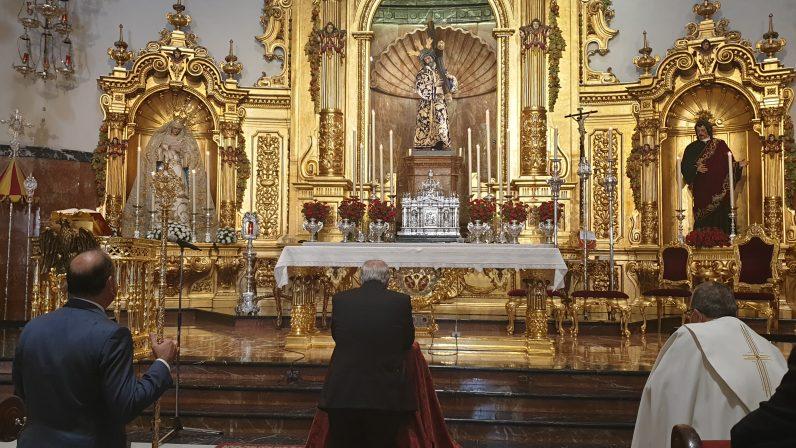 Monseñor Saiz Meneses visita la Basílica del Gran Poder