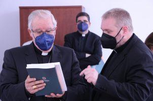 El arzobispo de Sevilla recorre las instalaciones de la Facultad de Teología San Isidoro