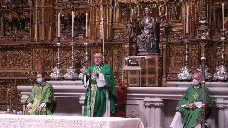 Mons. Saiz participa del rezo del Oficio en el Coro de la Catedral y preside la Eucaristía en el altar mayor
