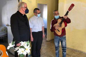 El arzobispo visita la barriada de Los Pajaritos