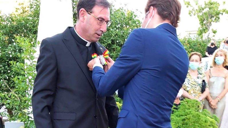 Los Molares entrega su primera medalla de hijo adoptivo al sacerdote José Francisco García