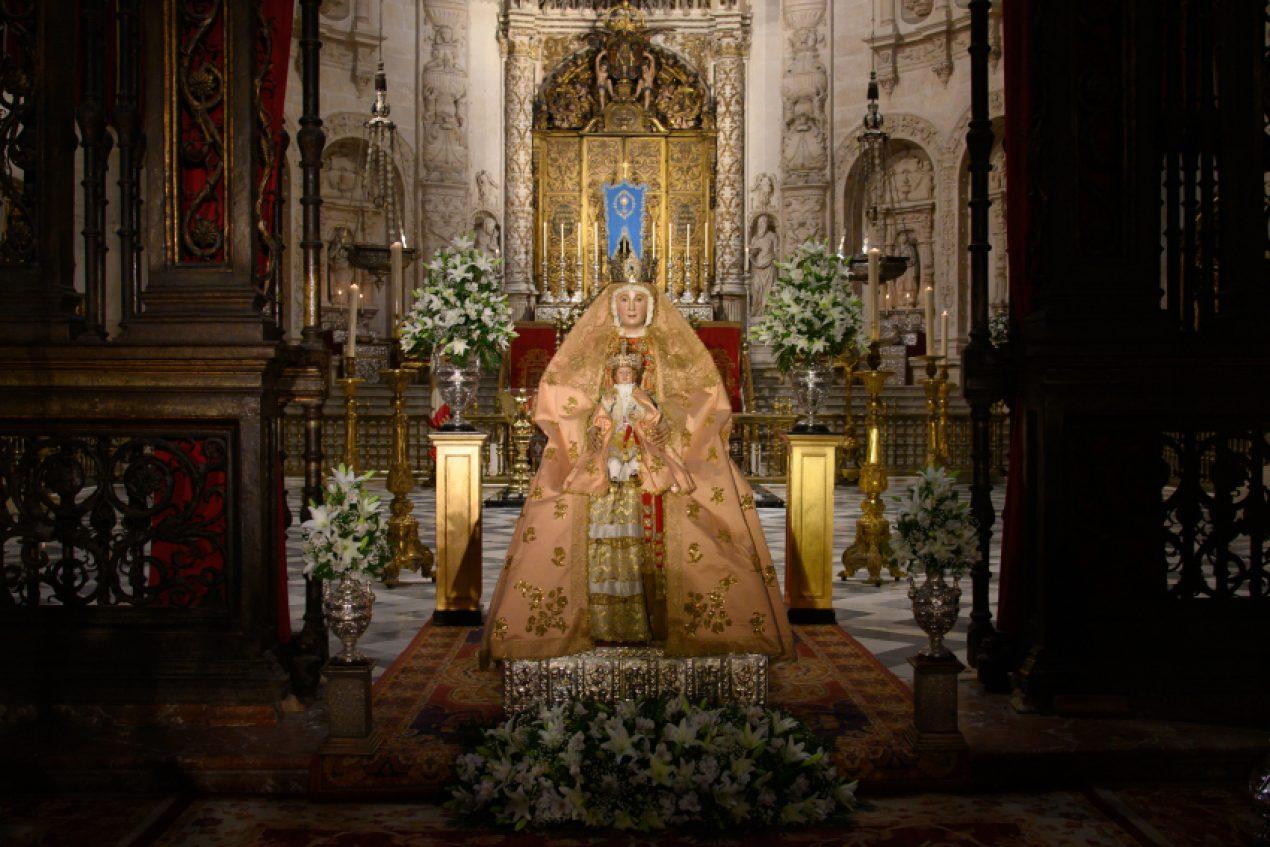 La Virgen de los Reyes luce su primer ajuar en el inicio de los cultos en su honor
