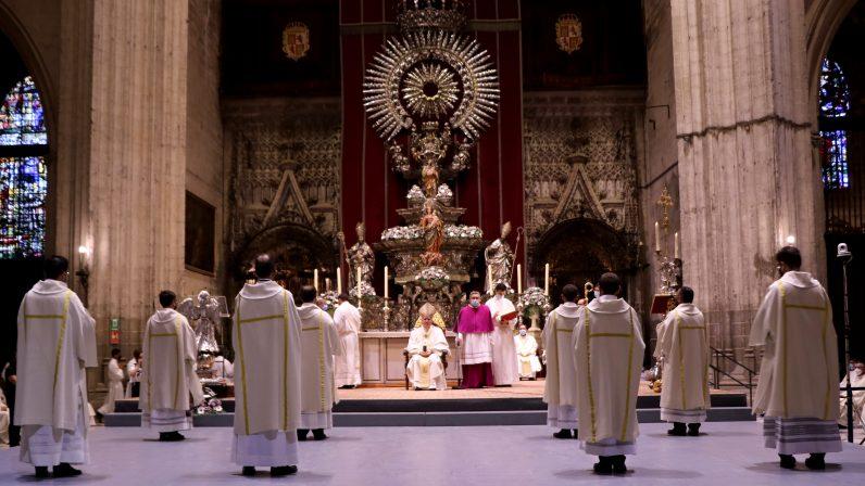 Monseñor Saiz comunica los destinos pastorales a los recién ordenados diáconos y presbítero