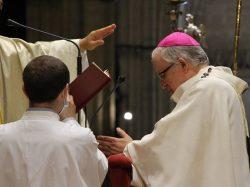 Monseñor Bernardito Auza impone el palio al Arzobispo de Sevilla en la Catedral