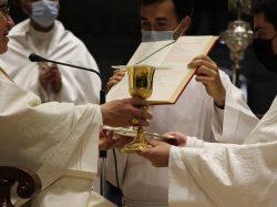 Monseñor Saiz Meneses ordena a ocho diáconos y a un sacerdote en la Catedral de Sevilla